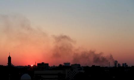 أعمدة من الدخان الأسود فوق مناطق الاشتباكات بين القوات الموالية للحكومة وبين مقاتي مجلس شورى ثوار ليبيا وهو تحالف من المتمردين المعارضين للقذافي يوم 8 يوليو 2015. تصوير عصام الفيتوري - روينرز
