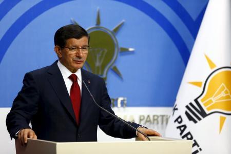 رئيس الوزراء التركي أحمد داود أوغلو  يتحدث في مؤتمر صحفي في أنقرة يوم 14 يوليو تموز 2015. تصوير  أوميت بكطاش - رويترز