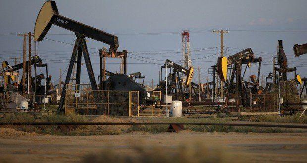 """ارتفعت أسعار النفط الثلاثاء 4 أغسطس/آب بعد هبوطها بنسبة 5% في الجلسة السابقة لكن محللين يحذرون من المزيد من الانخفاض بالنظر إلى تخمة المعروض من الخام وضعف التوقعات الاقتصادية.  وسجل إنتاج منظمة البلدان المصدرة للنفط """"أوبك"""" أعلى مستوى شهري في التاريخ الحديث في يوليو/تموز وقد يواصل الارتفاع إذا نفذت إيران خطة لزيادة إنتاجها بمقدار 500 ألف برميل يوميا حال رفع العقوبات عنها.  ومع وصول إنتاج النفط الأمريكي أيضا إلى مستويات شبه قياسية وإظهار الاقتصاد الصيني المزيد من الدلائل على التباطؤ هوت أسعار النفط أمس الاثنين لتقترب من أدنى مستوياتها في ست سنوات، والتي سجلتها في بداية العام وتراجعت عقود خام القياسي الدولي مزيج برنت تحت مستوى 50 دولاراً للبرميل للمرة الأولى منذ يناير/كانون الثاني الماضي."""