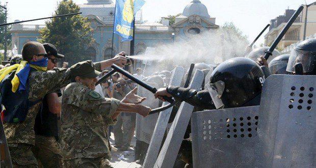 أعلنت السلطات الأوكرانية أن نحو 100 من رجال الشرطة أصيبوا بجروح بعد انفجار قنابل يدوية أمام مبنى البرلمان، حيث تجمع العديد من المحتجين ضد إقرار البرلمان تعديل الدستور.