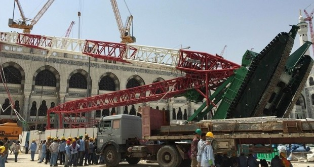 Workers walk near a construction crane which crashed in the Grand Mosque in the Muslim holy city of Mecca, Saudi Arabia September 12, 2015. At least 107 people were killed when the crane toppled over at Mecca's Grand Mosque on Friday, Saudi Arabia's Civil Defence authority said, less than two weeks before Islam's annual haj pilgrimage. REUTERS/Mohamed Al Hwaity - RTSR3U