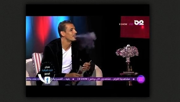 فيديو.. يونس محمود يدخن اركيله مباشر