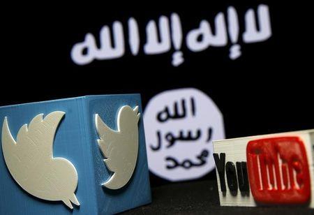 مجسمان من البلاستيك لشعاري تويتر ويوتيوب أمام عرض لعلم تنظيم الدولة الإسلامية في البوسنة والهرسك يوم الأربعاء. تصوير دادو روفيتش - رويترز