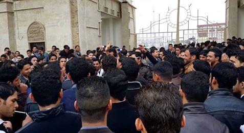 تضامناً مع جامعة المثنى طلبة جامعة كربلاء يتظاهرون لاقالة الشهرستاني