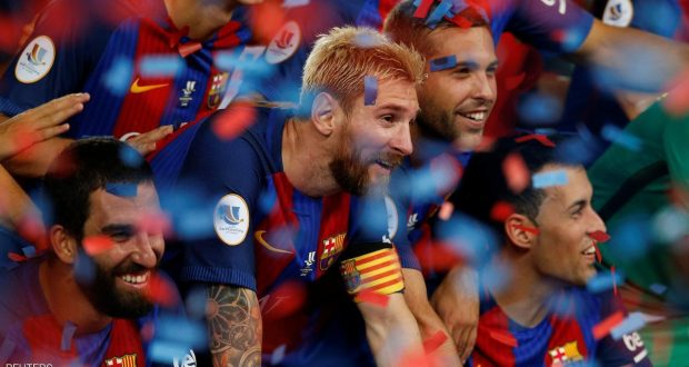 Football Soccer - Barcelona v Sevilla - Spanish SuperCup second leg - Camp Nou stadium, Barcelona , Spain - 18/08/16 Barcelona's Lionel Messi and team pose with the Spanish SuperCup trophy. REUTERS/Albert Gea
