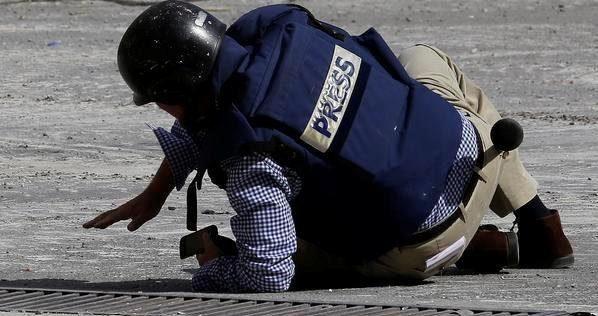 """الفوج  الرئاسي يعتدي بالـ""""ضرب"""" على صحفي ويطلق عليه النار ببغداد"""