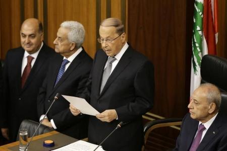 ميشال عون الرئيس الجديد للبنان (في المنتصف) يؤدي اليمين في بيروت يوم الاثنين. صورة لرويترز من ممثل لوكالات الأنباء.