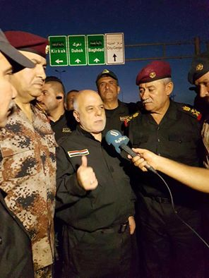 الدكتور حيدر العبادي خلال زيارته التفقدية للقطعات العسكرية على مشارف الموصل