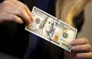 الدولار تنخفض في بورصة الكفاح بشكل طفيف