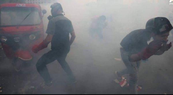 قنابل الغاز المسيل للدموع على المتظاهرين في منطقة السنك